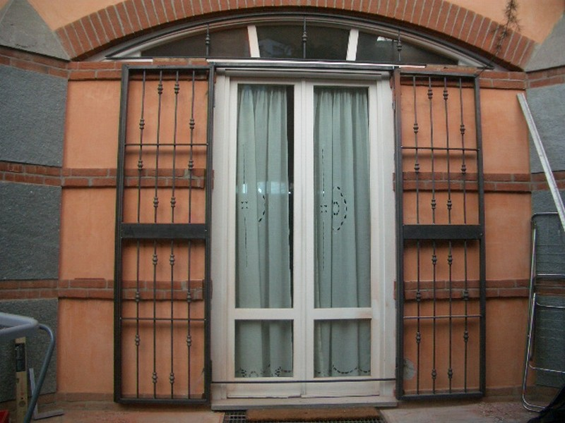 Inferriata porta finestra con borchie apribile - Finestre per scale ...
